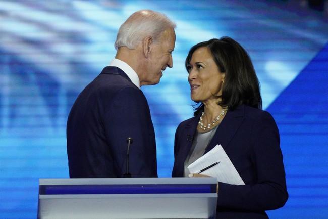 """Phó Tổng thống Mỹ vừa đắc cử được mệnh danh là """"người phá vỡ rào cản"""" quý hiếm chưa từng thấy, thông điệp tình tứ của chồng khiến dân mạng """"lịm tim"""" - Ảnh 2."""