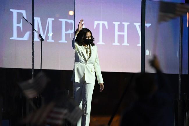 """Ý nghĩa bất ngờ cùng """"thông điệp ngầm"""" phía sau bộ vest trắng Phó Tổng thống Mỹ đắc cử mặc trong bài phát biểu đầu tiên, không chỉ đơn thuần là thời trang - Ảnh 1."""