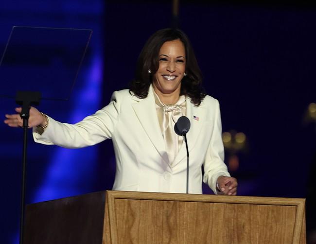 """Ý nghĩa bất ngờ cùng """"thông điệp ngầm"""" phía sau bộ vest trắng Phó Tổng thống Mỹ đắc cử mặc trong bài phát biểu đầu tiên, không chỉ đơn thuần là thời trang - Ảnh 4."""