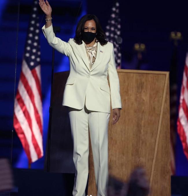 """Ý nghĩa bất ngờ cùng """"thông điệp ngầm"""" phía sau bộ vest trắng Phó Tổng thống Mỹ đắc cử mặc trong bài phát biểu đầu tiên, không chỉ đơn thuần là thời trang - Ảnh 3."""