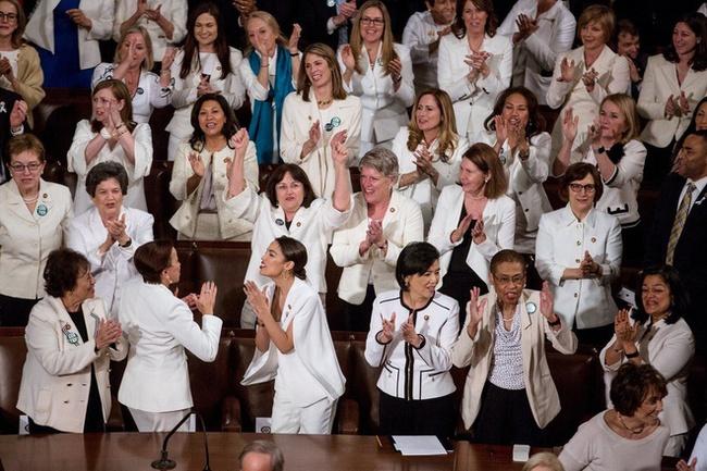 """Ý nghĩa bất ngờ cùng """"thông điệp ngầm"""" phía sau bộ vest trắng Phó Tổng thống Mỹ đắc cử mặc trong bài phát biểu đầu tiên, không chỉ đơn thuần là thời trang - Ảnh 6."""