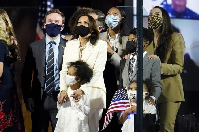 """Ý nghĩa bất ngờ cùng """"thông điệp ngầm"""" phía sau bộ vest trắng Phó Tổng thống Mỹ đắc cử mặc trong bài phát biểu đầu tiên, không chỉ đơn thuần là thời trang - Ảnh 7."""