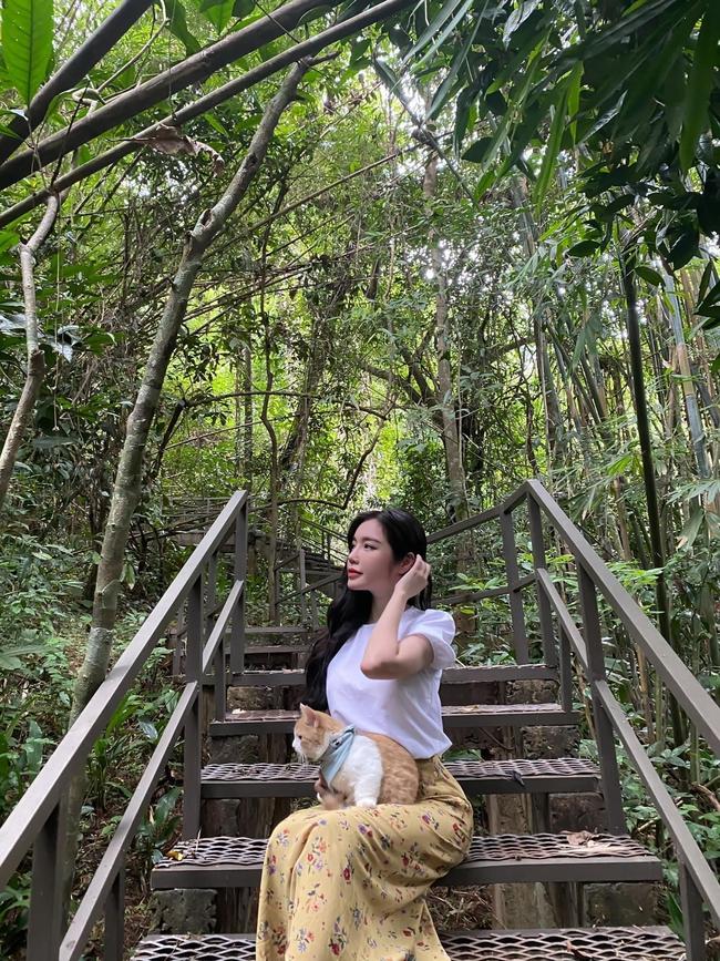 Elly Trần chụp ảnh bên mèo cưng.