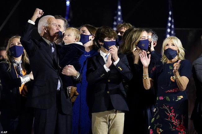 """Cậu bé được tân Tổng Thống Mỹ bế trên tay trong ngày ăn mừng chiến thắng là ai mà """"nổi như cồn"""" vì biểu cảm siêu đáng yêu - Ảnh 5."""