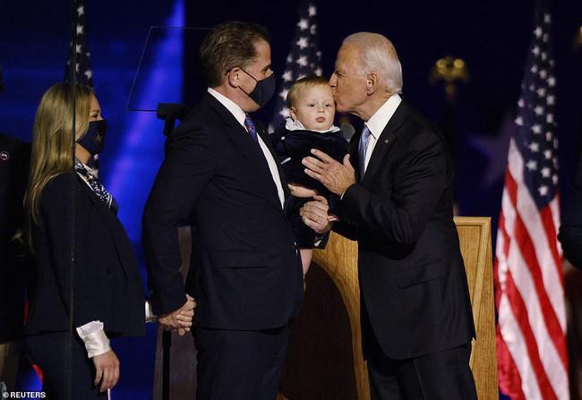 """Cậu bé được tân Tổng Thống Mỹ bế trên tay trong ngày ăn mừng chiến thắng là ai mà """"nổi như cồn"""" vì biểu cảm siêu đáng yêu - Ảnh 1."""