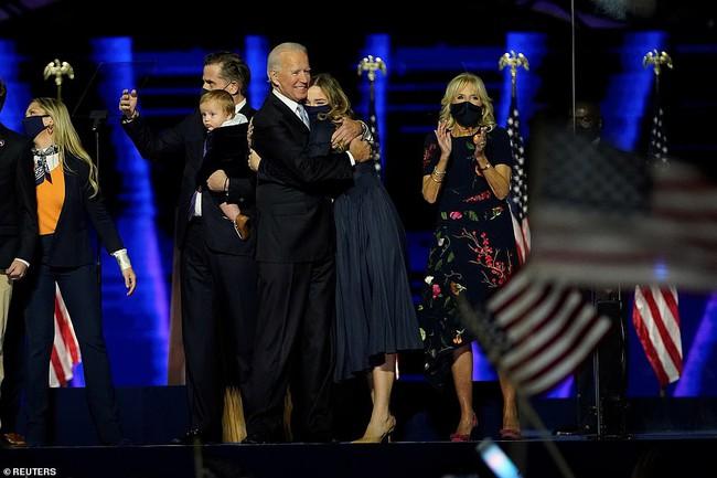 """Cậu bé được tân Tổng Thống Mỹ bế trên tay trong ngày ăn mừng chiến thắng là ai mà """"nổi như cồn"""" vì biểu cảm siêu đáng yêu - Ảnh 6."""