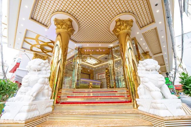 Profile khủng của tổng tài 9x sở hữu khách sạn dát vàng hơn 30 tỷ ở Sài Gòn: Có hơn 10 năm sống ở Canada, tốt nghiệp RMIT, cùng hội bạn bè với streamer Xemesis  - Ảnh 6.
