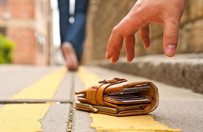 Với mẹo này, có đánh mất ví cũng không lo thẻ ngân hàng bị kẻ xấu bòn rút - Ảnh 1.