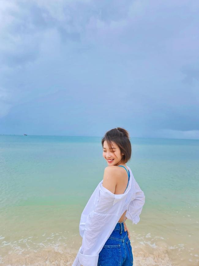 Khả Ngân để lộ vai trần giữa khung cảnh biển trời trong xanh.