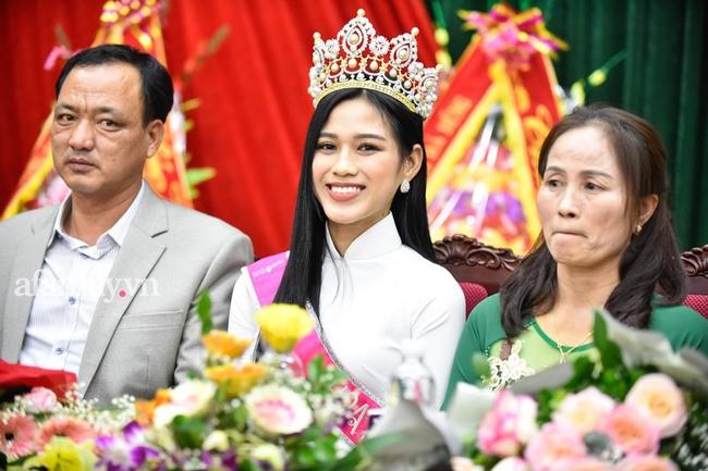 Loạt khoảnh khắc Đỗ Thị Hà về tới quê nhà hậu đăng quang Hoa hậu Việt Nam 2020 trong sự đón chào nồng nhiệt từ bà con - Ảnh 4.