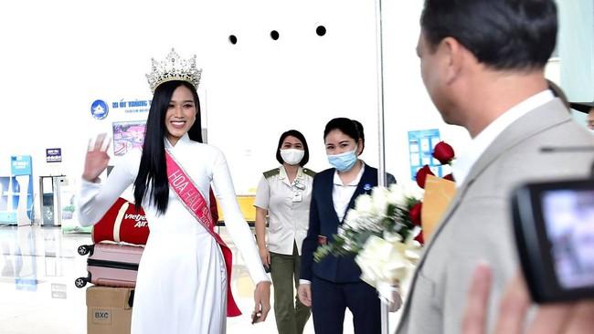 Khoảnh khắc Hoa hậu Việt Nam 2020 ôm chặt bố ngay khi vừa xuống máy bay trở về quê - Ảnh 1.