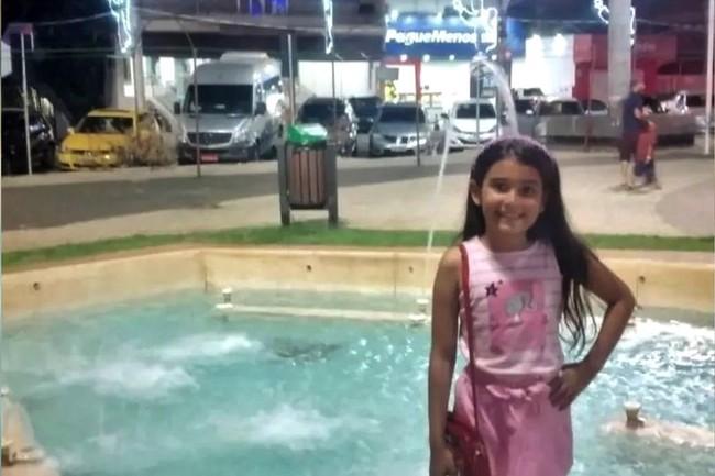 Đang chơi đùa bên cạnh cây thông trang trí đèn rực rỡ, bé gái 8 tuổi bỗng bị điện giật dẫn đến tử vong - Ảnh 1.