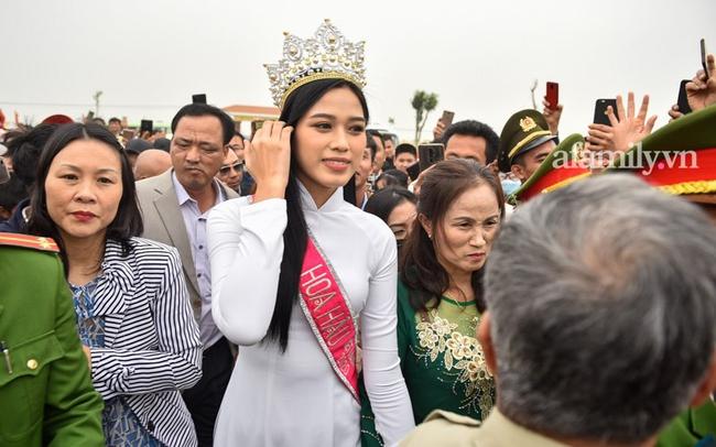 Loạt khoảnh khắc Đỗ Thị Hà về tới quê nhà hậu đăng quang Hoa hậu Việt Nam 2020 trong sự đón chào nồng nhiệt từ bà con - Ảnh 3.