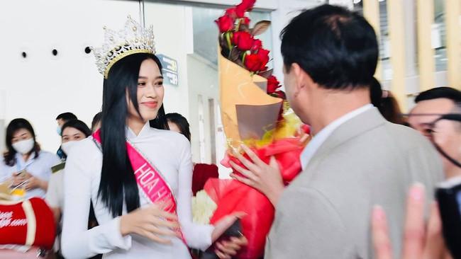 Khoảnh khắc Hoa hậu Việt Nam 2020 ôm chặt bố ngay khi vừa xuống máy bay trở về quê - Ảnh 3.