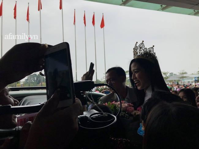 HOT: Tân Hoa hậu Việt Nam 2020 Đỗ Thị Hà xuất hiện tại sân bay Thanh Hóa trong vòng tay chào đón của gia đình và bạn bè - Ảnh 4.