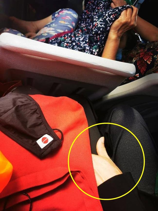 Chàng trai trẻ bị sàm sỡ trên xe bus chỉ vì sở hữu mái tóc dài và ngoại hình đẹp như con gái  - Ảnh 2.