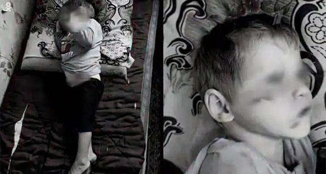 Con trai nằm cứng đơ trên ghế vì bị cha dượng tra tấn, mẹ không gọi cấp cứu mà hành động quái gở, tư thế khi chết của đứa trẻ gây nhói lòng - Ảnh 2.