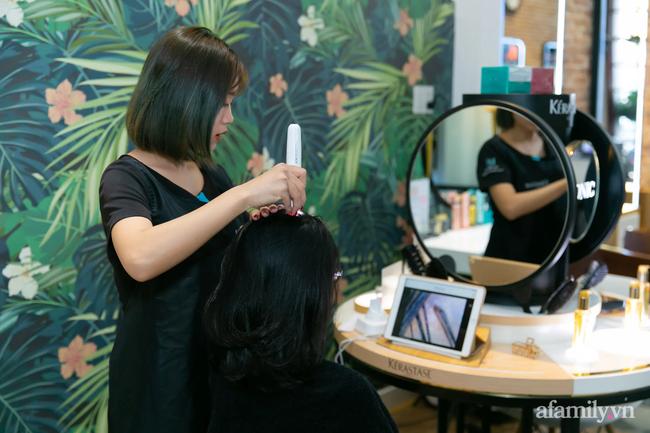 """Dành 30 phút để thử """"cocktaik"""" dưỡng tóc giá 600k và cái kết bất ngờ: Chủ salon cũng chỉ luôn 3 lầm tưởng tai hại mà chị em vẫn """"tin sái cổ"""" khi ra tiệm hấp tóc  - Ảnh 1."""