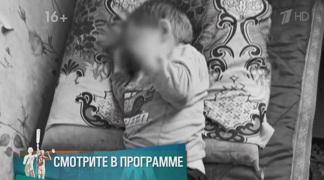 Con trai nằm cứng đơ trên ghế vì bị cha dượng tra tấn, mẹ không gọi cấp cứu mà hành động quái gở, tư thế khi chết của đứa trẻ gây nhói lòng - Ảnh 4.