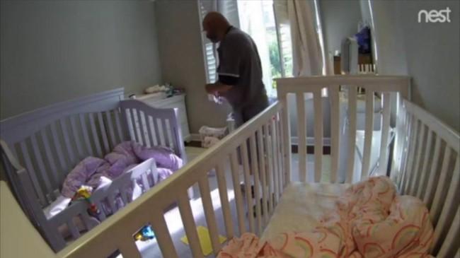 Kiểm tra camera trong phòng ngủ của 2 con gái, cha mẹ choáng váng khi thấy thợ sửa máy giặt đi tìm quần lót bẩn và hành động tiếp theo mới rợn người - Ảnh 2.
