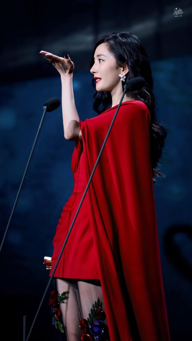Dương Mịch lộ ngực đầy ngộp thở vẫn bị chê, ngờ đâu chiếc váy đỏ rực lại cứu cánh quá đỉnh cao  - Ảnh 5.