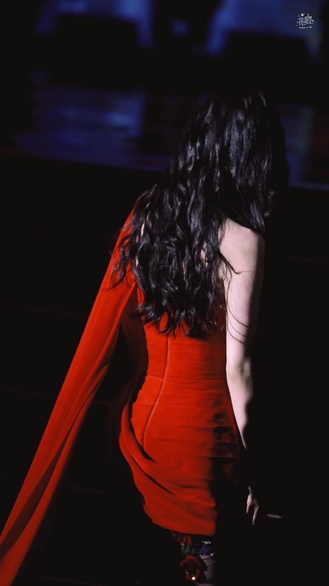 Dương Mịch lộ ngực đầy ngộp thở vẫn bị chê, ngờ đâu chiếc váy đỏ rực lại cứu cánh quá đỉnh cao  - Ảnh 8.
