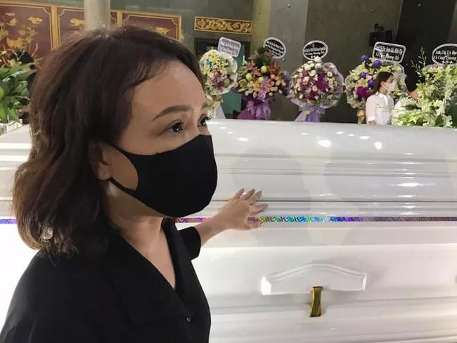 Việt Hương ngất xỉu tại tang lễ cố nghệ sĩ Chí Tài - Ảnh 2.