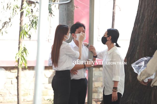 Việt Hương ngất xỉu tại tang lễ cố nghệ sĩ Chí Tài - Ảnh 3.