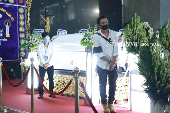 Cận cảnh bên trong lễ viếng cố nghệ sĩ Chí Tài, xúc động nhất là những hình ảnh lúc sinh thời - Ảnh 4.