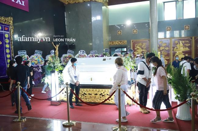Cận cảnh bên trong lễ viếng cố nghệ sĩ Chí Tài, xúc động nhất là những hình ảnh lúc sinh thời - Ảnh 5.