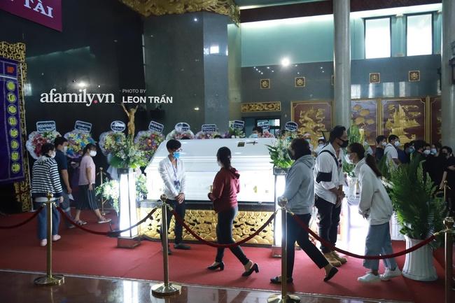 Cận cảnh bên trong lễ viếng cố nghệ sĩ Chí Tài, xúc động nhất là những hình ảnh lúc sinh thời - Ảnh 7.
