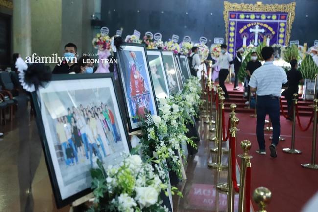 Cận cảnh bên trong lễ viếng cố nghệ sĩ Chí Tài, xúc động nhất là những hình ảnh lúc sinh thời - Ảnh 6.