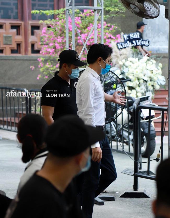Lễ viếng đầu giờ chiều cố nghệ sĩ Chí Tài: Quang Lê, Minh Tuyết cùng dàn sao Việt lặng lẽ đến đưa tiễn lần cuối - Ảnh 15.