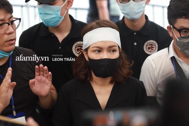 Nghệ sĩ Việt Hương cho biết linh cữu cố nghệ sĩ Chí Tài sẽ được chuyển sang Mỹ vào 11 giờ đêm nay - Ảnh 3.