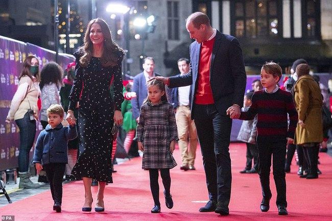 Rò rỉ ảnh mới mừng Giáng sinh của nhà Công nương Kate, Hoàng tử út Louis chiếm spotlight với nụ cười tỏa năng gây sốt cộng đồng mạng - Ảnh 2.