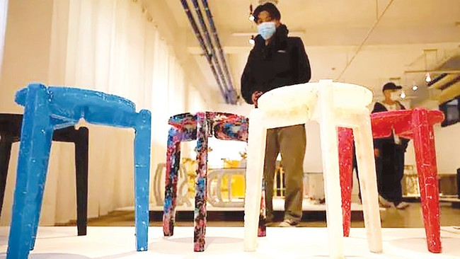 Nam sinh Hàn tái chế khẩu trang thành… ghế đẩu - Ảnh 1.