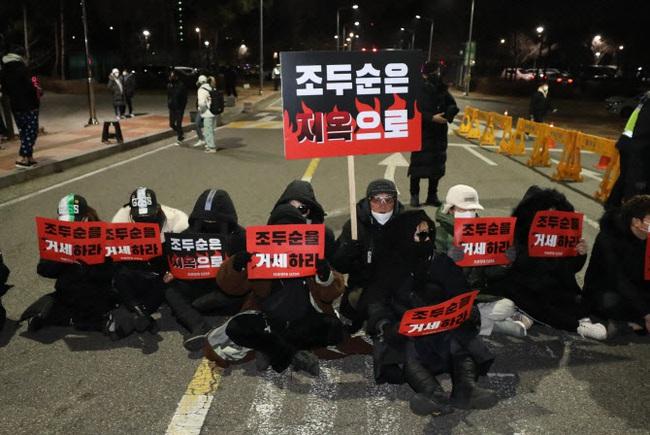 Tên tội phạm ấu dâm vụ bé Nayoung được thả tự do vào hôm nay, hé lộ lời nói đầu tiên của hắn và chi tiết kỳ lạ trên tay - Ảnh 11.
