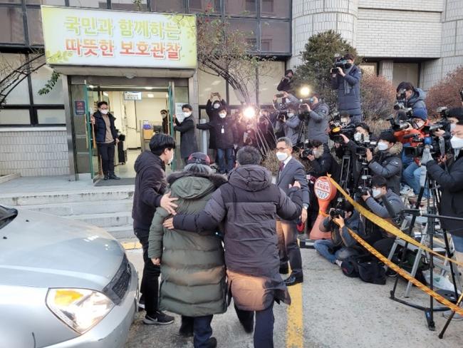 Tên tội phạm ấu dâm vụ bé Nayoung được thả tự do vào hôm nay, hé lộ lời nói đầu tiên của hắn và chi tiết kỳ lạ trên tay - Ảnh 2.