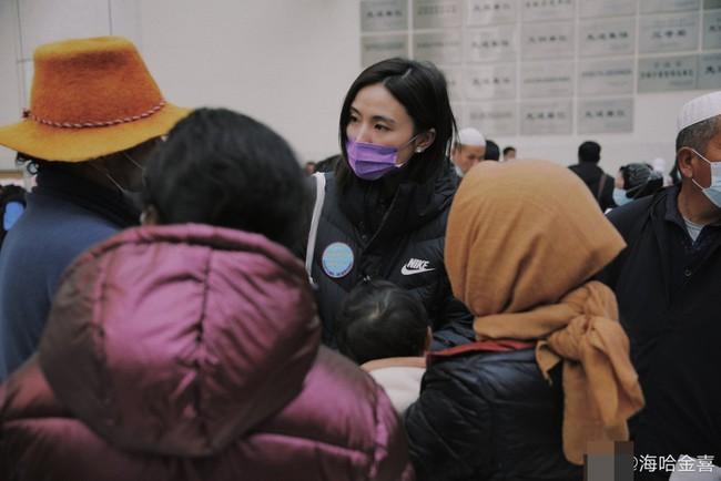 Con gái Vương Phi có thái độ gây chú ý với tình trẻ kém 19 tuổi của bố - Ảnh 4.