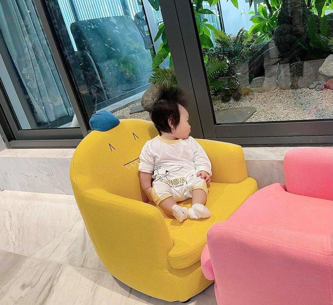 """Chiều con gái """"hết nấc"""", Cường Đô La sắm cho bé bộ bàn ghế ai nhìn cũng khen xinh, biết giá tiền càng bất ngờ - Ảnh 2."""