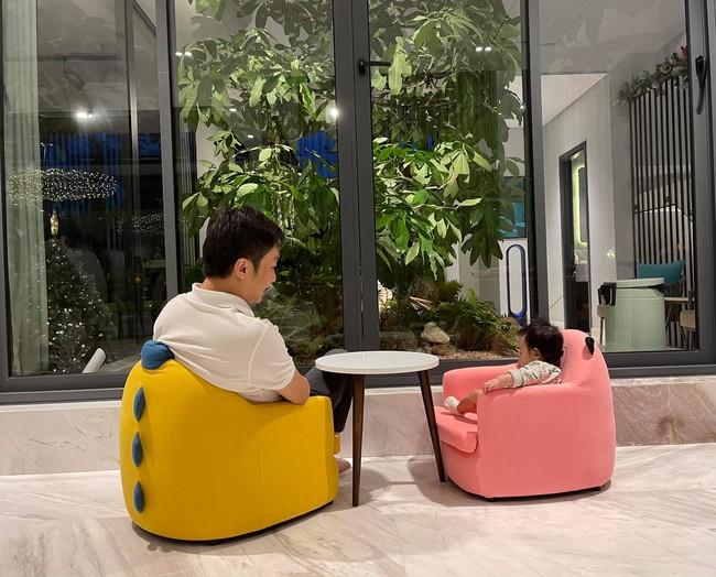 """Chiều con gái """"hết nấc"""", Cường Đô La sắm cho bé bộ bàn ghế ai nhìn cũng khen xinh, biết giá tiền càng bất ngờ - Ảnh 1."""