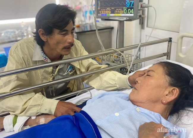 Mẹ nghèo đang rửa chén mướn bị đột quỵ não quy kịch, con trai bắt xe từ quê lên bất lực vì viện phí - Ảnh 1.
