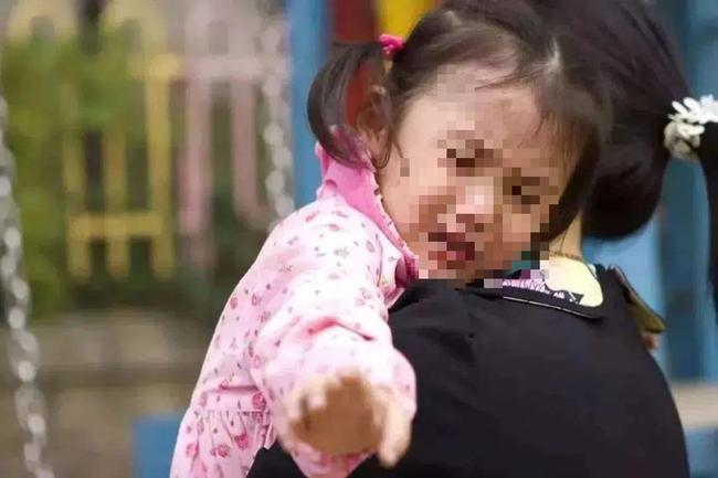 Con gái trở về sau 5 năm bị bắt cóc, hàng xóm qua chúc mừng thì người bố lặng lẽ gọi cảnh sát trong sự ngỡ ngàng của mọi người - Ảnh 1.