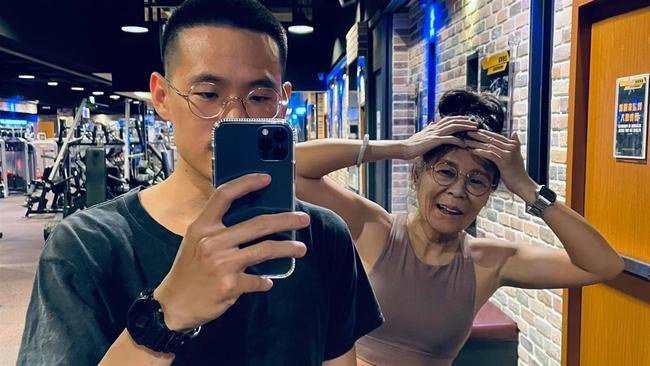 Chàng trai 23 tuổi khoe mẹ Sugar 63 tuổi: Sau khi bị ném đá dữ dội, `` nam chính '' nhan sắc thực sự của