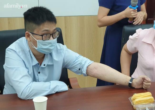 """Người mẹ 9 năm đi khắp Bắc Nam tìm cách cứu con mắc bệnh vảy nến bong tróc khắp người, nhiều lần bị """"lang băm"""" hành hạ - Ảnh 4."""