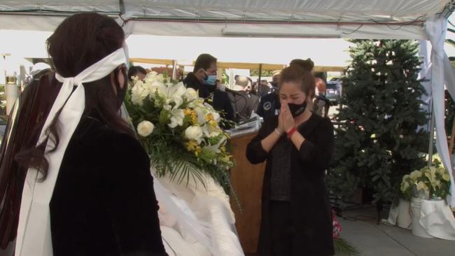 Tang lễ cố nghệ sĩ Chí Tài tại Mỹ: Vợ cố nghệ sĩ Chí Tài lưu luyến nhìn mặt chồng lần cuối trước khi nắp quan tài được đóng lại - Ảnh 10.