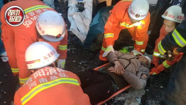 Tai nạn giao thông thảm khốc, vợ chảy máu chịu đau ôm chồng suốt 20 phút đợi giải cứu, hình ảnh được chia sẻ khiến ai cũng cảm động - Ảnh 2.