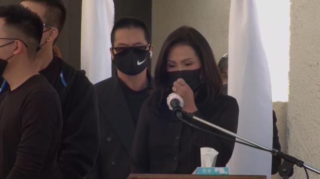 Tang lễ cố nghệ sĩ Chí Tài tại Mỹ: Vợ cố nghệ sĩ Chí Tài lưu luyến nhìn mặt chồng lần cuối trước khi nắp quan tài được đóng lại - Ảnh 12.