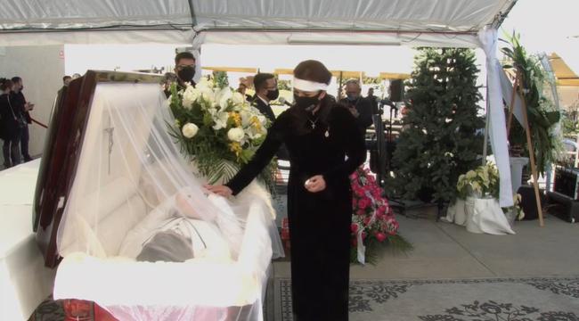 Vợ cố nghệ sĩ Chí Tài khóc sưng mắt, ôm chặt di ảnh trong tang lễ của chồng - Ảnh 6.