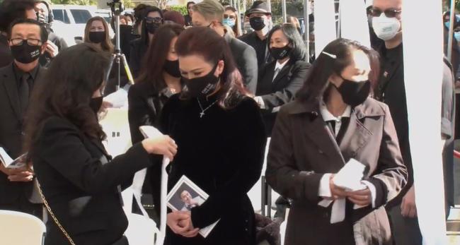 Vợ cố nghệ sĩ Chí Tài khóc sưng mắt, ôm chặt di ảnh trong tang lễ của chồng - Ảnh 2.